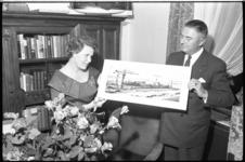 5579-2 Echtpaar Verolme bekijken een foto, gemaakt door Frits J. Rotgans, van een tanker in aanbouw. De tanker was nog ...