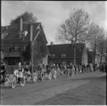 560-3 Stoet van kinderen op versierde fietst door Vreewijk langs de Jagerslaan ter gelegenheid van Koninginnedag 1957.