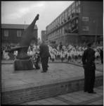 5602-2 Kranslegging bij oorlogsherdenkingsmonument 'de Vallende Ruiter' aan het Zuidplein.