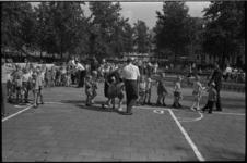 5609 Groepen schoolkinderen doen onder begeleiding spelletjes in speeltuin aan het Weena.