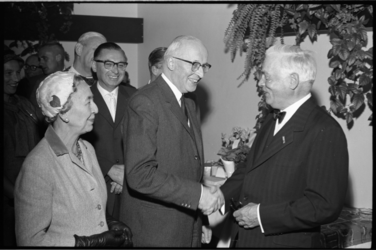 5621 Burgemeestersechtpaar Van Walsum op de afscheidsreceptie van professor doctor H.J. Flieringa van de NEH.