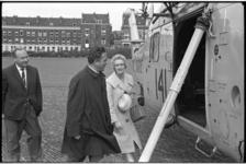 5625 Minister V.G.M. Marijnen bij helikopter op terrein Heliport- geheel links de heer A.W.F. van der Hoek.