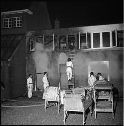 5677 Verenigingsgebouw voor jeugd- en gezinswerk Sint Jozefhuis gedeeltelijk uitgebrand. De bedden werden op straat gezet.