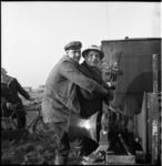 5690 Wethouder Bavinck, omarmd door een professionele heier, slaat eerste paal voor 290 woningen in het ...