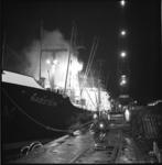 5692 Brandend Duits vrachtschip Nabstein met blusvoertuig Ahrens Fox.
