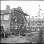 5695-1 Bouwstelling tegen de kopmuur van rij ééngezinswoningen bij IJsselmonde.