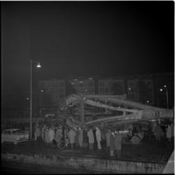 570-1 Oprichting van constructie voor de Bijenkorf aan de Coolsingel, gemaakt door Naum Gabo.