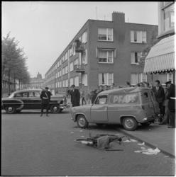 576 Beschadigde fiets en bestelauto op de hoek Bas Jungeriusstraat - Polslandstraat.