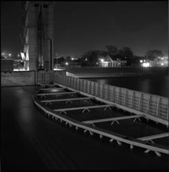 5886 Avondopname gesloten schuif vanuit stormstuwtoren, Hollandse IJssel zijde Capelle aan den IJssel.