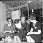 5888 Mevrouw Van Walsum-Quispel temidden van jongeren in de zojuist door haar geopende jeugdsocieteit 'De Brink'.