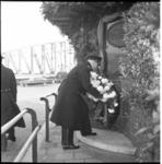 5926 Kranslegging, bij de plaquette aan de Boompjes, ter gelegenheid van de 296ste verjaardag van het Korps Mariniers.