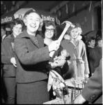 5940 Mevrouw J.M. van Walsum-Quispel opent met een hamer de fancy-fair in de Goede Herderkerk, ten bate van de actie '10x10'.