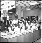 5940-2 Groep jongemannen met een 45-toeren-grammofoonplaatje in hun handen.