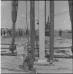 6-2 Met een plastic cape tegen oliespetters, slaat mevrouw mr. J.M. van Walsum-Quispel de eerste paal voor een nieuwe ...