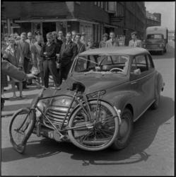 602 Op de Beukelsdijk is een fietser door een auto geschept en tegen het wegdek geworpen.