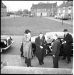 6044 Minister mr. J. van Aartsen wordt tijdens een werkbezoek aan Voorne-Putten ontvangen op stadhuis Spijkenisse door ...