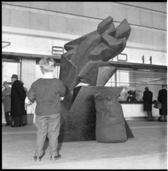 6047-1 Kunstwerk 'Het Afscheid' van Umberto Mastroianni in de hal van Centraal Station met kindje er voor.