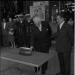 605-2 Wethouder J. Meertens opent in het Flevogebouw de tentoonstelling '50 jaren onder zee' ter gelegenheid van het ...