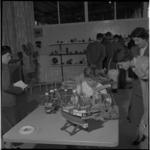 612 In de kantine van Thomsen's Havenbedrijf aan de Lekhaven is een tentoonstelling van handenarbeid van ...