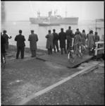 6133-1 Publieke belangstelling bij Hoek van Holland i.v.m. het vertrek van de ss. Zuiderkruis als troepentransportschip ...