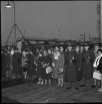 6133-2 Verwanten van de Nederlandse soldaten staan in afwachting van het vertrek van het troepentransportschip ss. ...