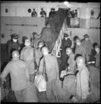 6133-3 Koninklijke Landmacht-soldaten gaan in Hoek van Holland aan boord van het troepentransportschip ss Zuiderkruis ...