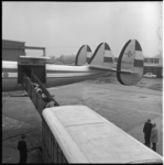 6138-2 Koeien lopen vanuit een veetransportauto via een loopbrug het vliegtuig Super Constellation PH-LKL 'Desiderius ...