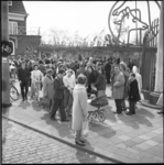 6141-2 Mensen op hun paasbest in het paasweekend voor de ingang van Diergaarde Blijdorp.