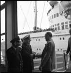 6167 Prins Bernhard neemt bij de loopplank van de ss. Nieuw-Amsterdam afscheid van de gezagvoerder.