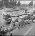 6169 Gekantelde Franse wagen vlakbij Maastunnelplein in Charlois. Links in een berm politiehuisje en achterin de ...