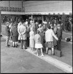 6193 Vertrek Doofstommen met Nederlandse Christelijke Reis Vereniging vanaf Centraal Station.
