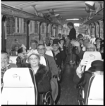 6197 Busreisje met ouderen georganiseerd door het Emmahuis vanuit de van der Sluysstraat in de Provenierswijk.