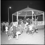 6198 Muzikale afsluiting van de jaarmarkt door christelijk fanfarekorps 'IJsselmonde' in een aan de Kasteelweg ...