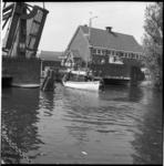 6206-1 Zeilboot vaart in de Rotte onder de openstaande Prinses Irenebrug door bij Terbregge.