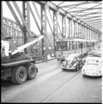 6208 Tramlijn 2 op weg naar Centraal Station staat met pech op de Willemsbrug- een takelwagen van de RET schiet te hulp.