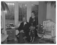 6221 Duizenden mensen huldigen het jubilerende (25 jaar) artsenechtpaar W.J. de Graaf en G.J. de Graaf-Hoedemaker in ...