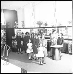 6228 Oud profvoetballer Faas Wilkes samen met echtgenote Mona Brakke (rechts) en personeel in hun dameskledingzaak ...