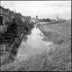 6239 Sloot achter Bovenweg in Oud IJsselmonde met in de verte de watertoren en de Adriaen Janszkerk