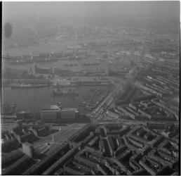 624-2 Luchtfoto, op voorgrond kruising Maashaven Brielselaan, daarachter Maashaven en Rijnhaven. Op achtergrond ...