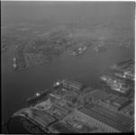 624-3 Luchtfoto, op de voorgrond scheepsbouwwerf RDM op Heijplaat op de achtergrond het Marconiplein met daarvoor van ...
