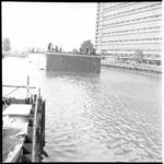 6243-1 Uitvaren van tunneldelen voor de metro in het metrobouwdok aan het Weena. Midden Postgebouw PTT Delftseplein en ...