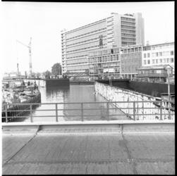 6243-2 Uitvaren van tunneldelen voor de metro in het metrobouwdok aan het Weena. Midden Postgebouw PTT Delftseplein en ...