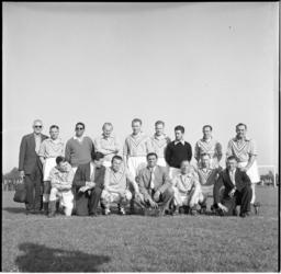 625-1 Het voetbalteam van Rotterdamse oud-internationals speelt tegen Amsterdamse oud-internationals een ...