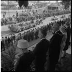 6254-2 Burgemeestersechtpaar Van Walsum bekijkt vanaf De Heuvel in het Park het 34e Rotterdamse bloemencorso op de ...