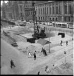 6390-1 Bouwput met heistelling metrobouw bij de kruising Meent en Coolsingel en Aert van Nesstraat met rechts de ...