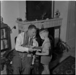 640-1 Jongetje geeft een stropdas aan zijn vader voor vaderdag.