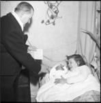 6422 30.000ste inwoner van Ridderkerk geboren. Burgemeester Verhoeven schonk de geborene Elizabeth, Godefrida, ...
