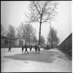 6424 Winterse plaat op de Noorderhavenkade tussen de woonhuizen en de houten schoolgebouwen.