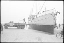 6425-1 De Deense kustvaarder Windhund loopt tengevolge van de storm op het strand bij Hoek van Holland bij het Noorderhoofd.