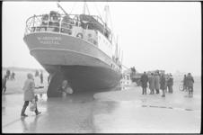 6425-2 Publiek bij gestrande Deense coaster Windhund op het strand bij Noorderhoofd Hoek van Holland.